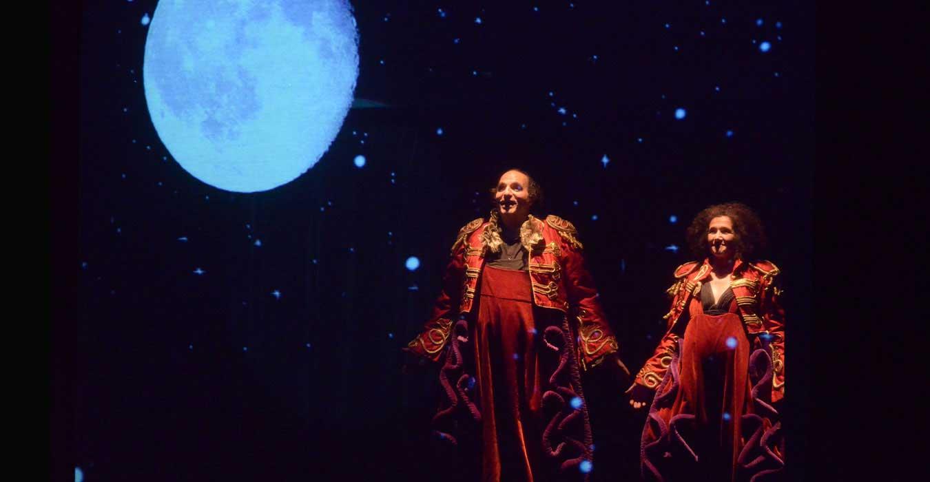 Deux personnes en costume rouge et la lune