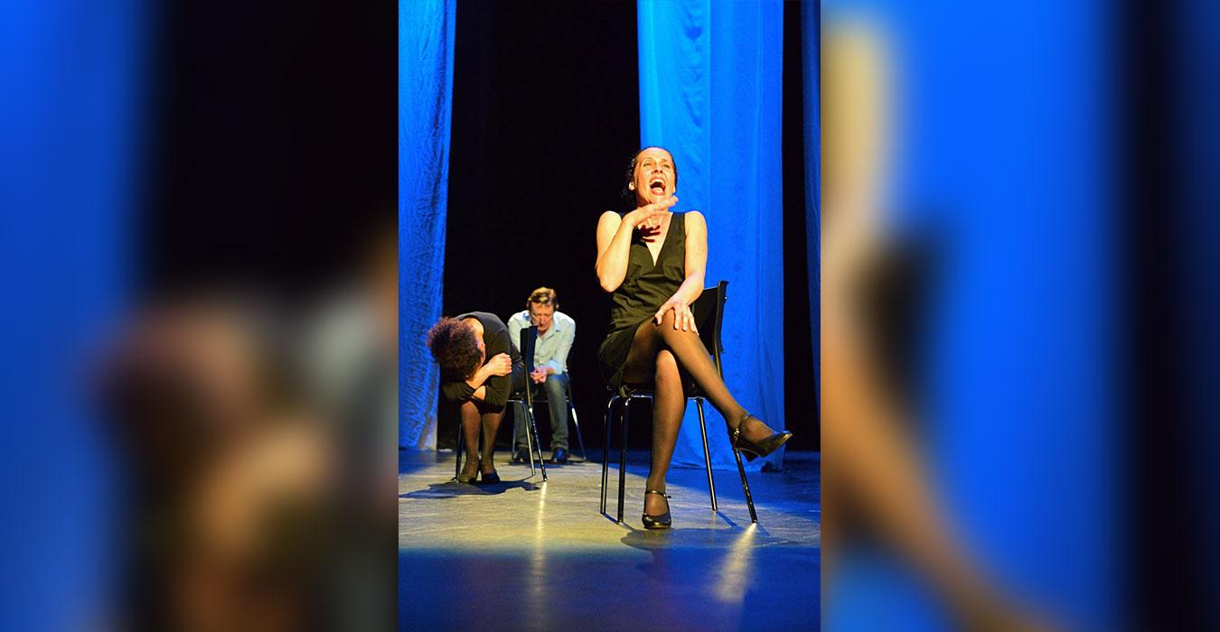 Une femme sur une chaise rigole
