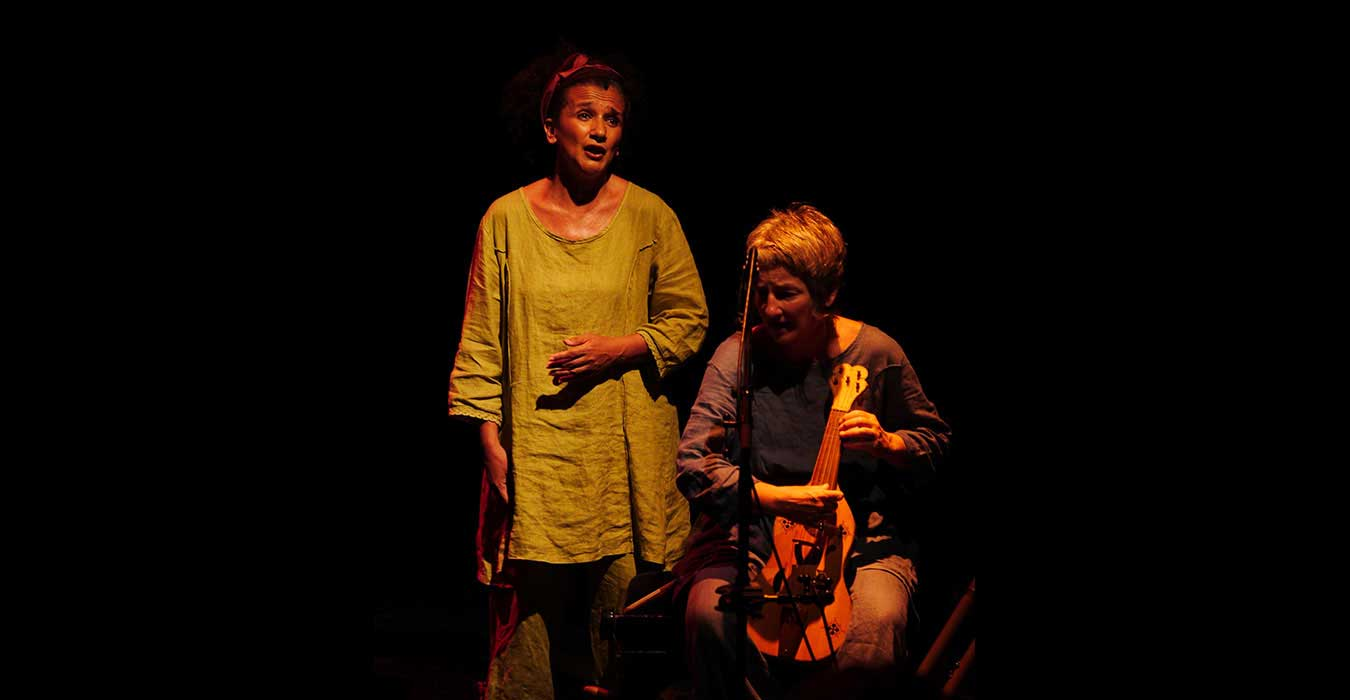 Une musicienne et une femme qui chante
