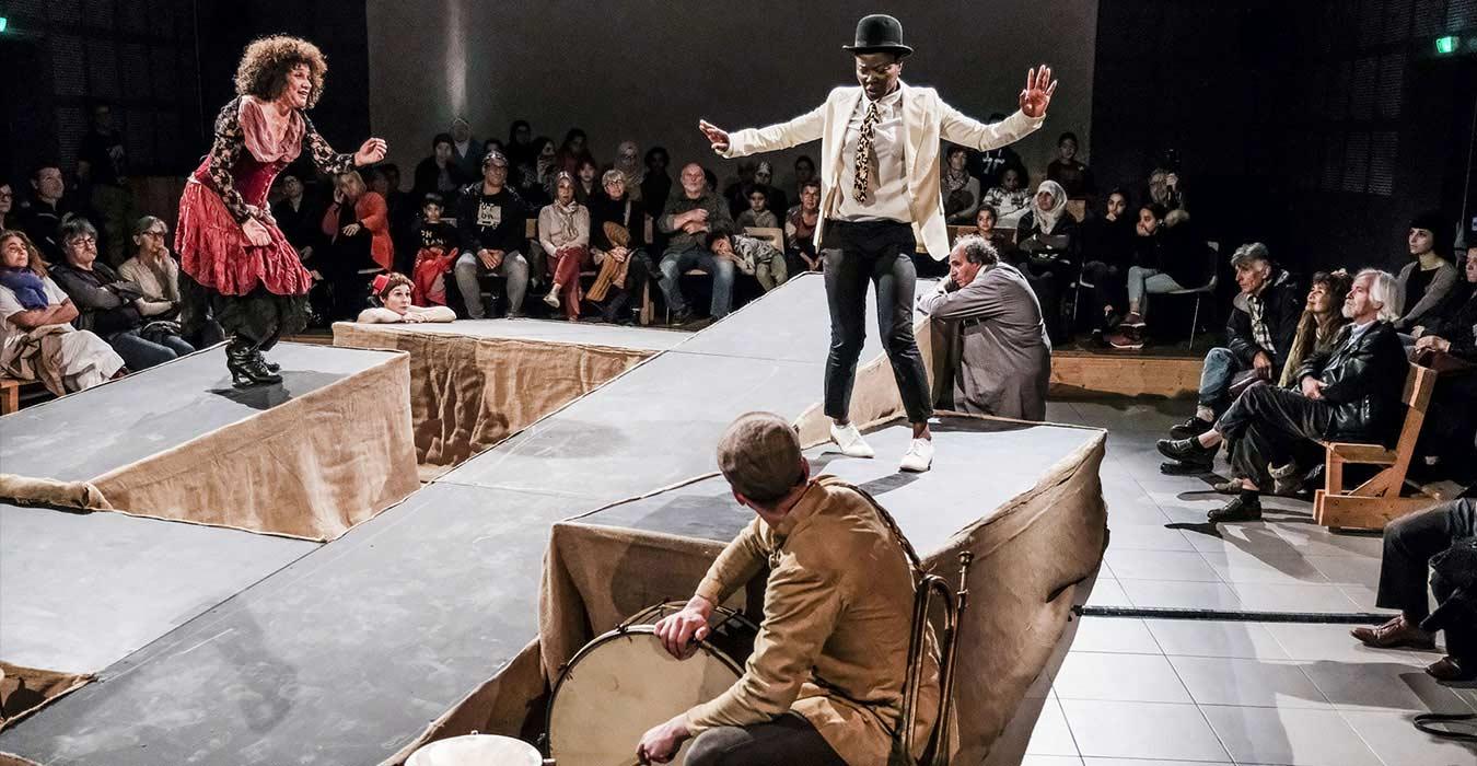 Un spectacle au milieu du public