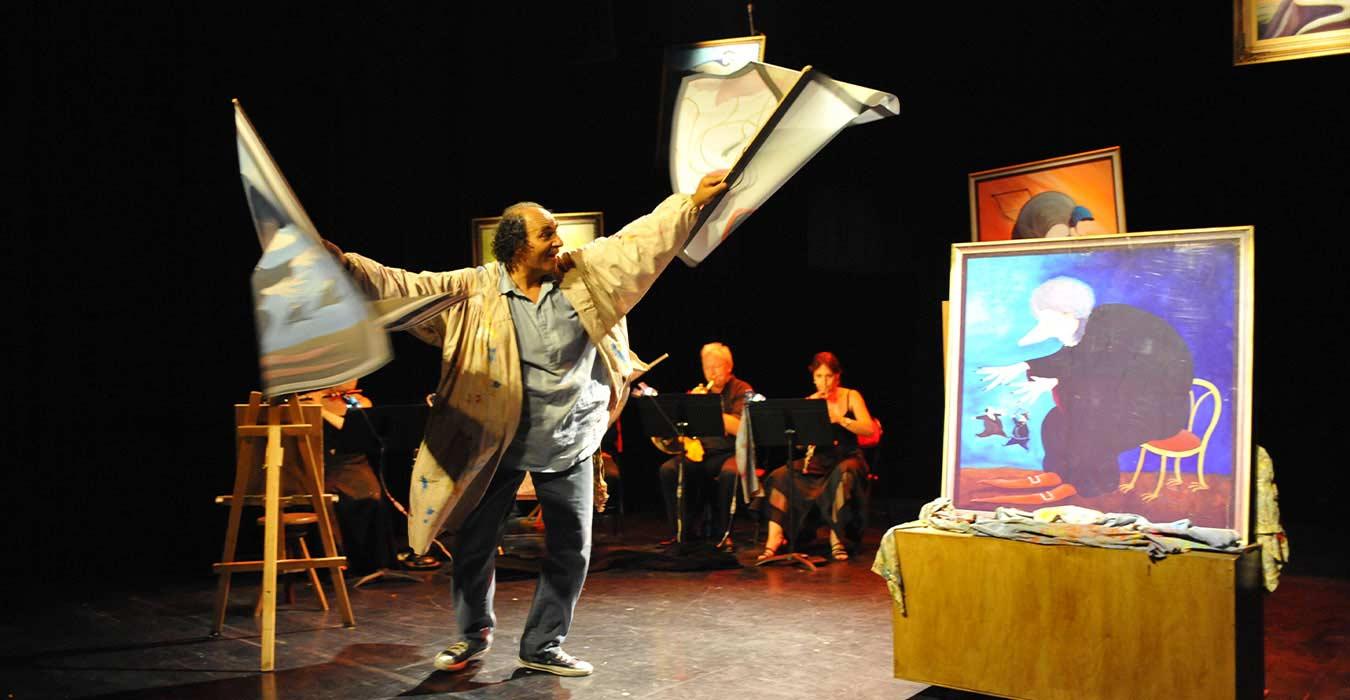 Serge Barbuscia dansant avec des toiles de peinture