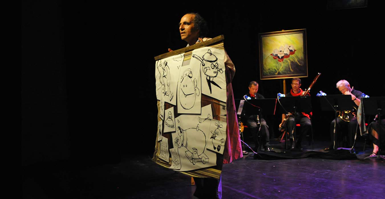 Serge Barbuscia montrant des dessins