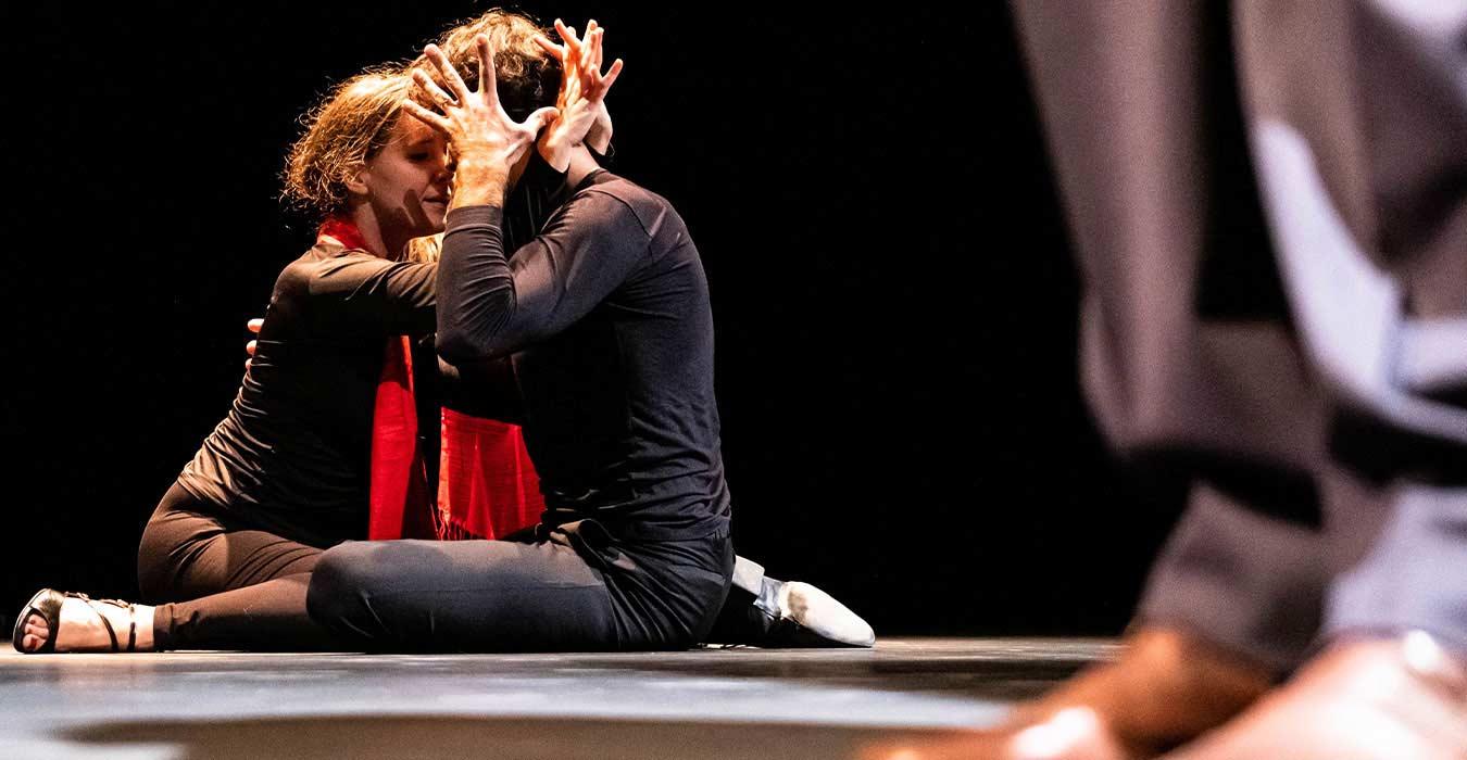 Un couple de danseur tango enlacé au sol