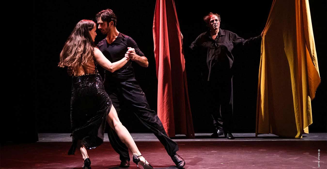 Un couple de danseur de tango devant des mulétas