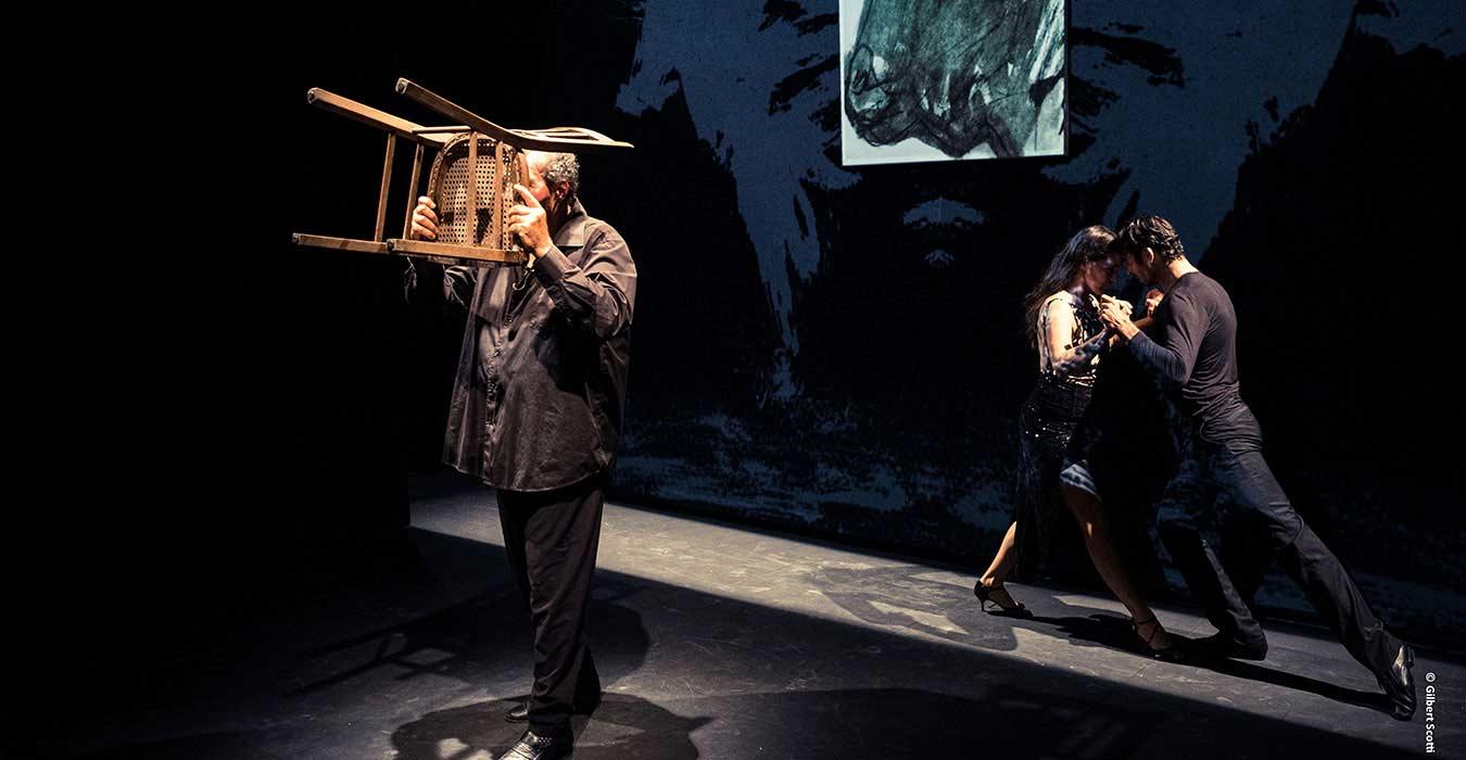 Serge Barbuscia imitant le taureau avec une vieille chaise