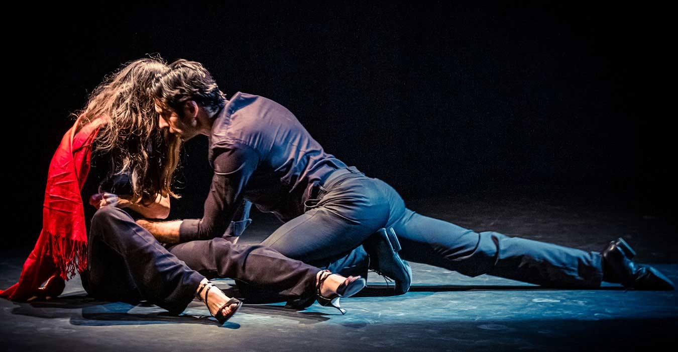 Un couple de danseur de tango dansant au sol