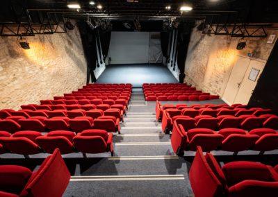 Salle de spectacle depuis le haut des gradins, plateau nu