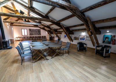 Salle de répétition et réunion au 1er étage avec tables
