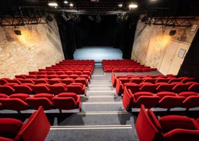 Salle de spectacle depuis le haut des gradins, plateau sans petits pendrillons